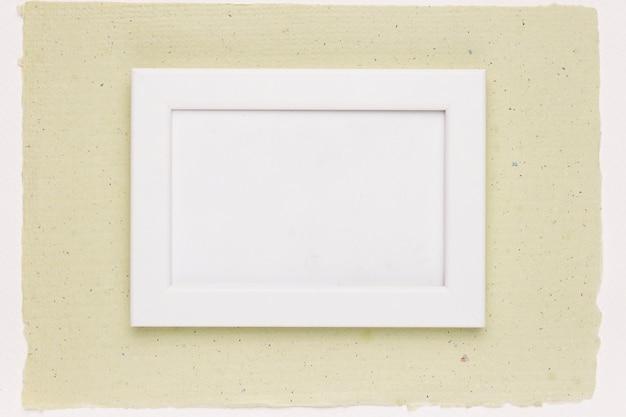 Marco pintado de blanco sobre papel verde menta Foto gratis
