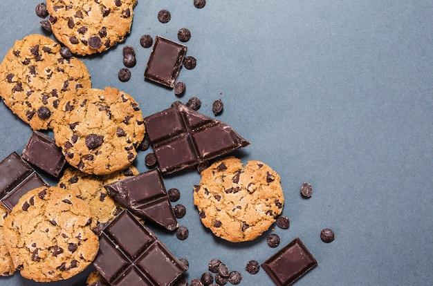 Marco plano de chocolate con galletas y espacio de copia. Foto gratis
