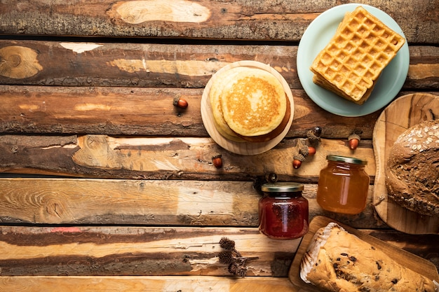 Marco plano de comida laica sobre fondo de madera Foto gratis