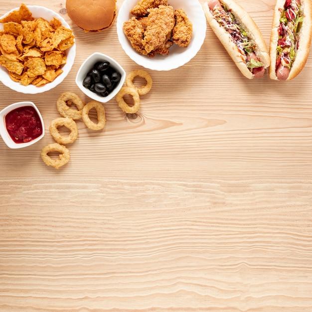 Marco plano laico con comida y espacio de copia Foto gratis
