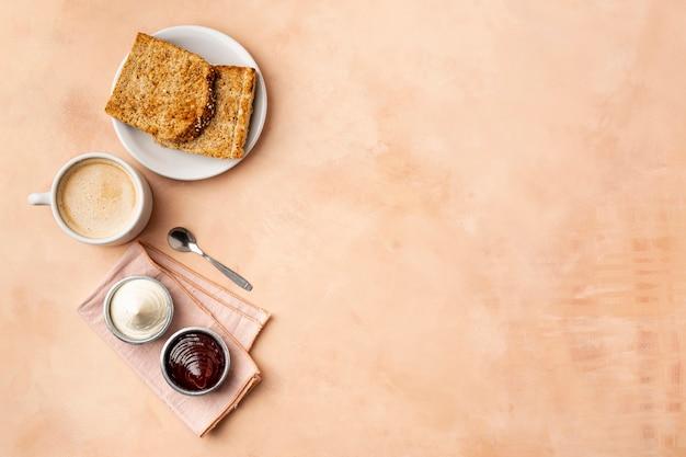 Marco plano laico con comida sabrosa y fondo naranja Foto Premium