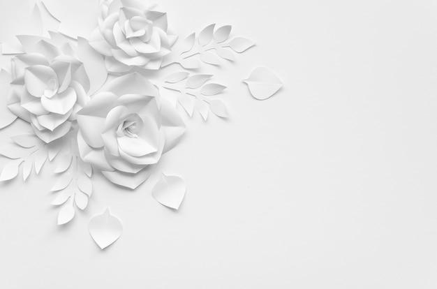 Marco plano laico con flores blancas y fondo Foto gratis