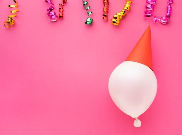 Marco plano laico con globo y confeti Foto gratis