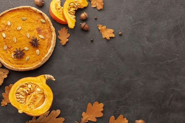 Marco plano laico con hojas de otoño y pastel Foto gratis