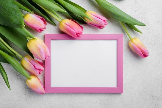 Marco plano laico con tulipanes rosados Foto gratis