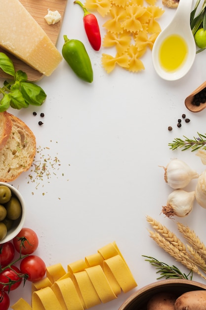 Marco plano de pasta e ingredientes crudos Foto gratis