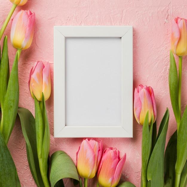 Marco plano y tulipanes en la mesa Foto gratis