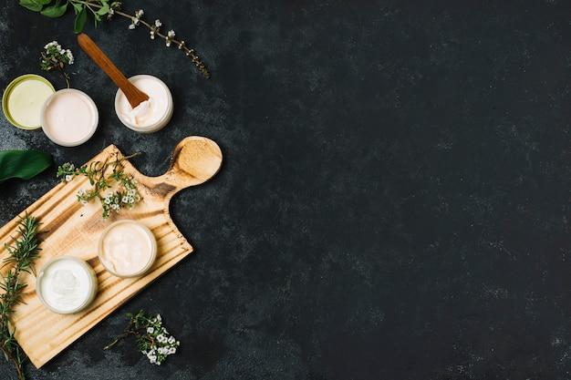 Marco de productos de aceites de oliva y coco Foto gratis
