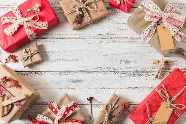 Marco de regalo sobre fondo de madera Foto gratis