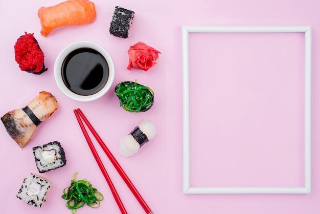 Marco con rollos de sushi al lado Foto gratis