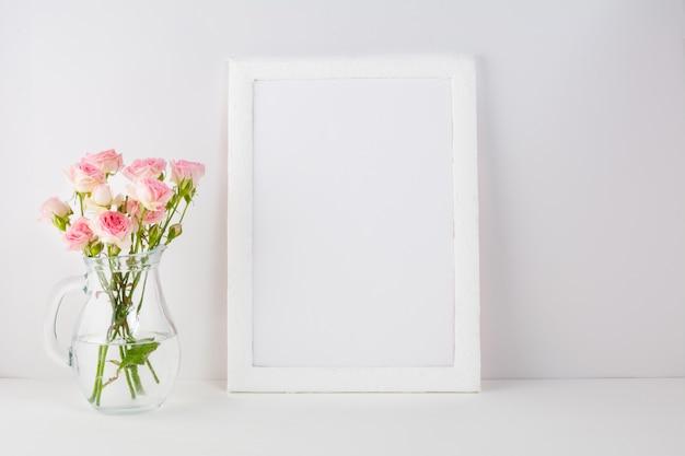Marco con rosas rosadas. Foto Premium