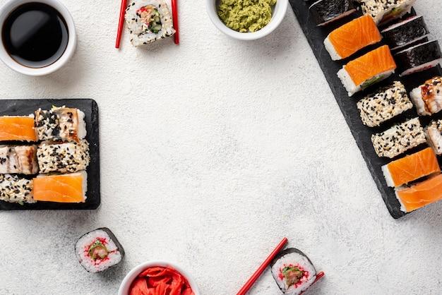 Marco de surtido plano de rollos de sushi maki surtido Foto gratis