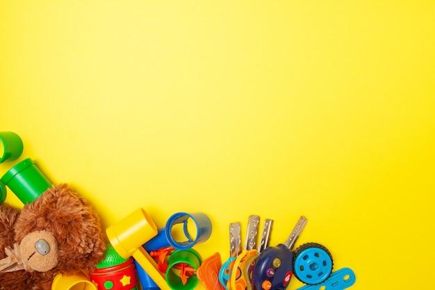 Marco para el texto. la vista superior de la construcción multicolor del juguete de los niños bloquea ladrillos en fondo amarillo Foto Premium