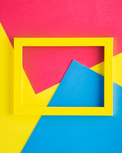 Marco vacío amarillo en el fondo colorido Foto gratis