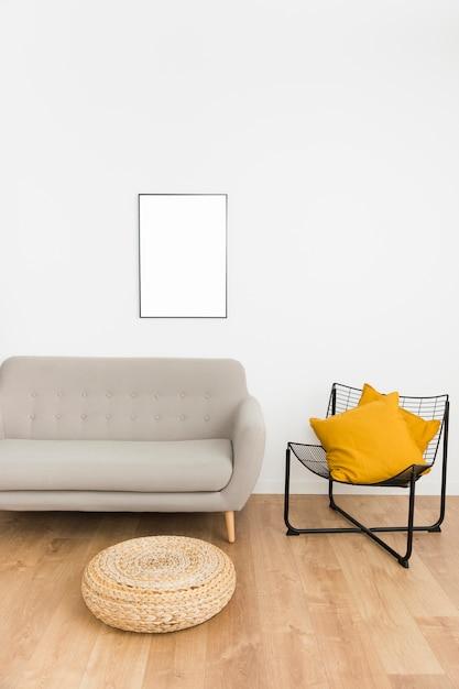 Marco vacío con sofá y silla Foto gratis