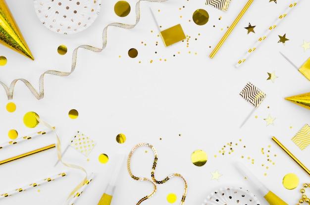 Marco de vista superior con accesorios de año nuevo. Foto gratis