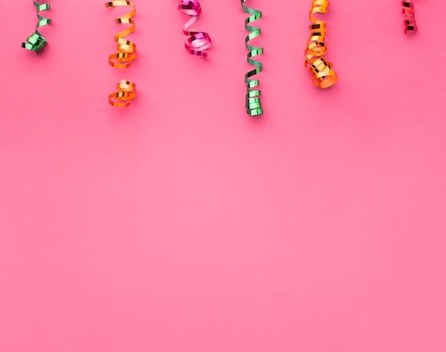 Marco de vista superior con confeti y espacio de copia Foto gratis
