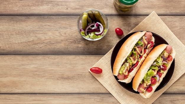 Marco de vista superior con hot dogs y espacio de copia Foto gratis