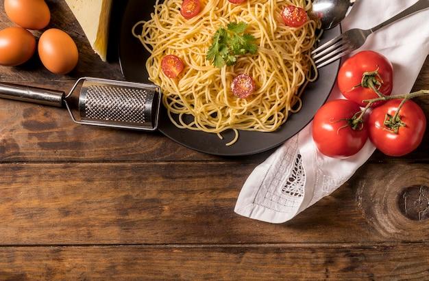 Marco de vista superior con pasta y tomates. Foto gratis