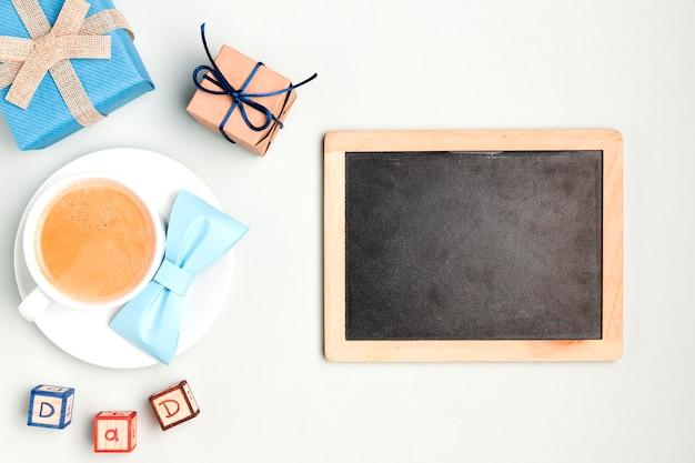 Marco de vista superior rodeado de café y regalos Foto gratis