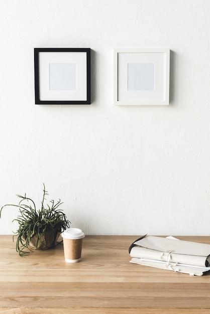 Marcos de fotos colgando en la pared en la habitación | Descargar ...
