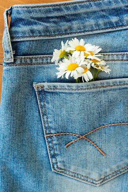 Margarita flores de patrones sin fisuras en el fondo de los pantalones vaqueros. Foto Premium