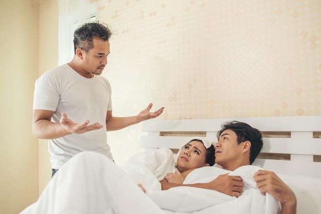 El marido encontró a un chico en el dormitorio con su esposa. Foto gratis