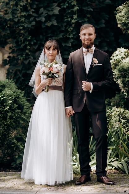 Marido y mujer, feliz pareja milenaria mira a la cámara posando para una foto familiar en casa Foto Premium