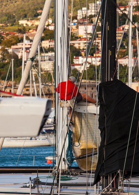 Marinero italiano trabajando en arbol de velero. Foto Premium