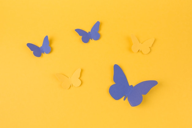 Mariposas de papel esparcidas sobre mesa Foto gratis