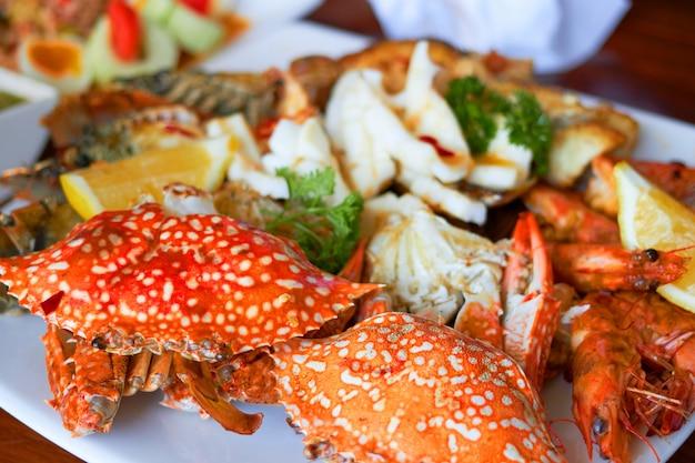 El marisco en un plato grande incluye camarones Foto Premium