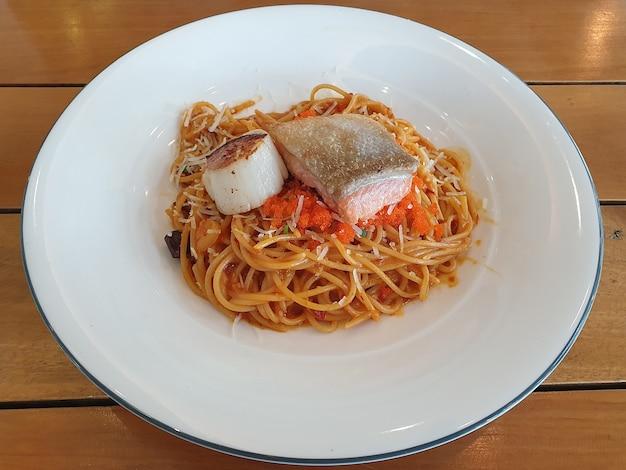Mariscos espagueti pescado y vieira Foto Premium