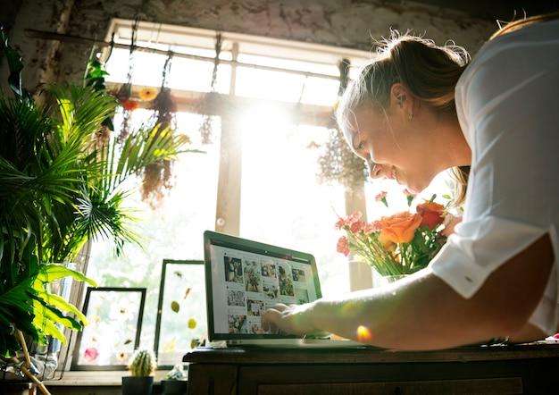El marketing de florería de e-business promueve en las redes sociales Foto Premium