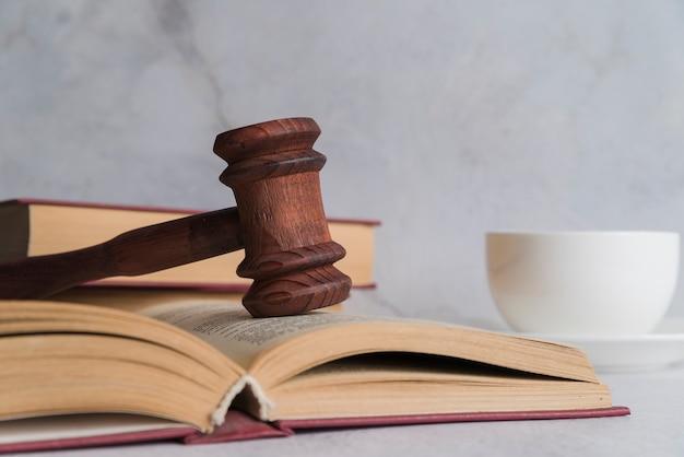 Martillo de juez con libro Foto gratis