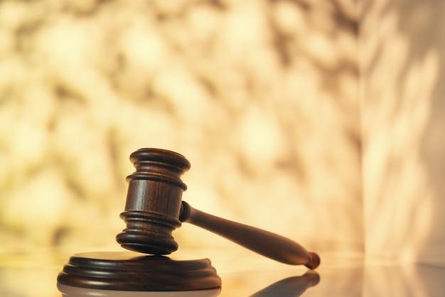 Martillo de juez (subasta) sobre mesa con espacio abstracto Foto Premium