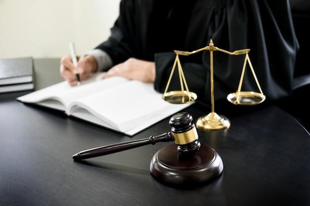Martillo y soundblock de la ley de justicia y abogado que trabaja en fondo  del escritorio de madera.   Foto Premium