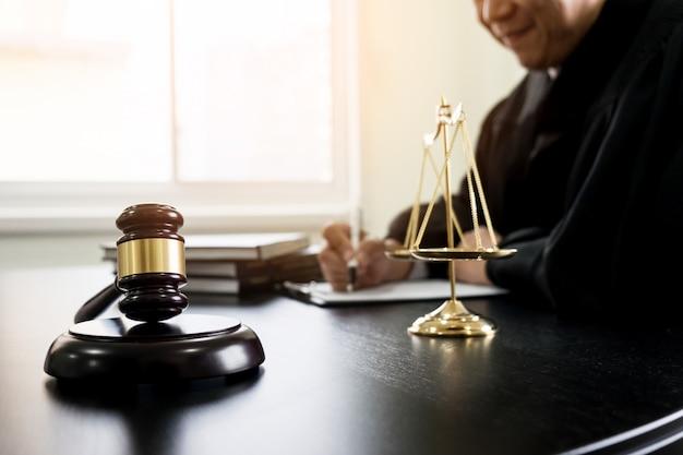 Martillo y soundblock de la ley de justicia y el abogado for Escritorio de abogado