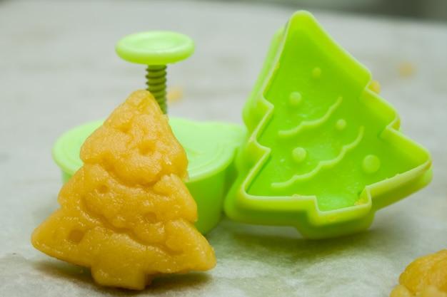 Masa cruda y forma para preparar galletas navideñas para niños Foto Premium