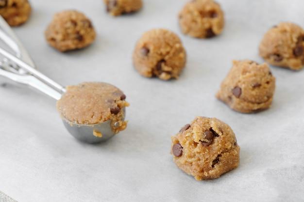 Masa de galletas de chispas de chocolate con una cucharada de helado Foto Premium