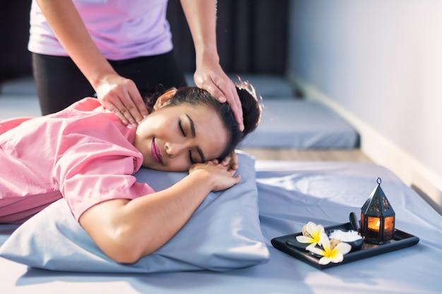 Masaje de cabeza tailandés en spa Foto Premium