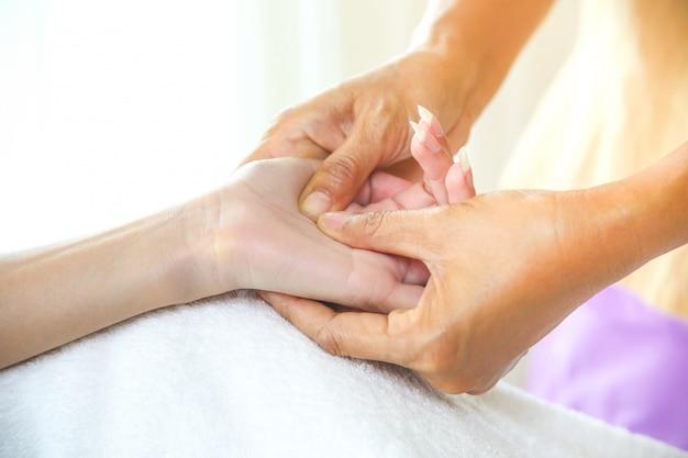 Masaje de manos femenino con masaje de punto de presión Foto gratis