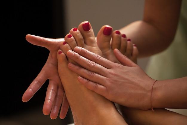 Masaje de pies para una mujer en un spa Foto gratis