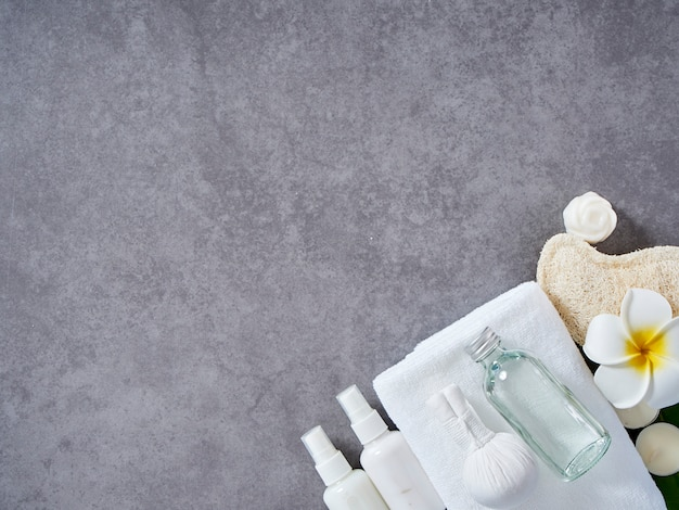 Masaje spa con compresas herbales y cuidado de la piel. Foto Premium