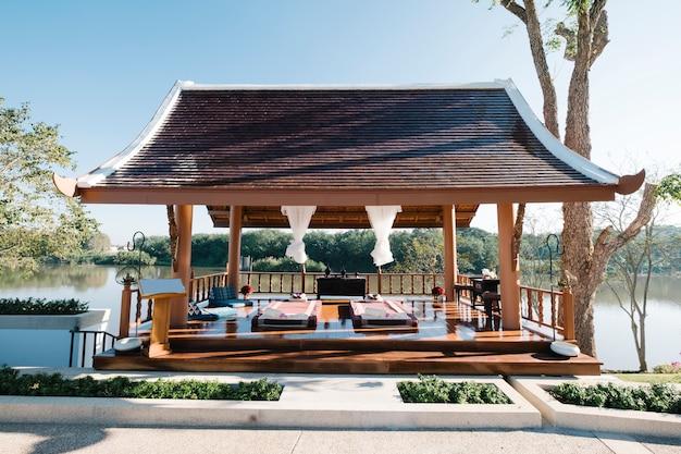 Masaje tailandés de lujo en el pabellón. Foto gratis