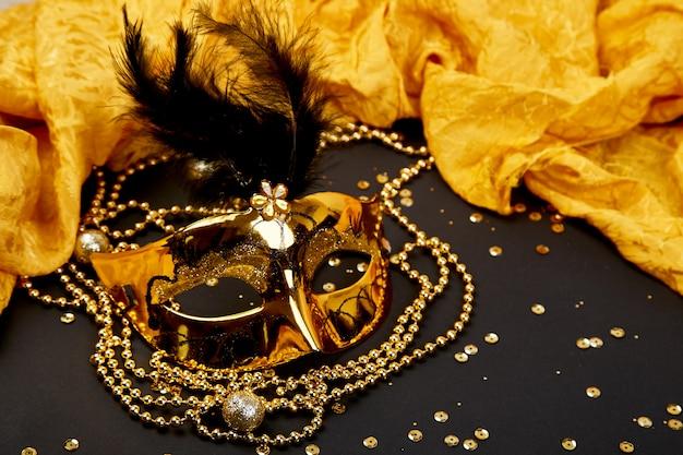 Máscara de carnaval negra y dorada. vista superior Foto Premium