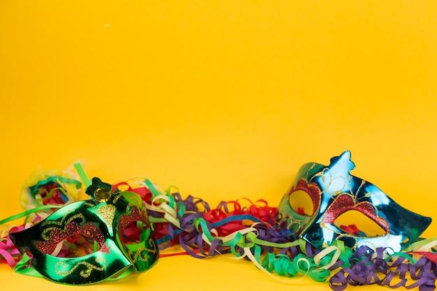 Máscara de carnaval con plumas Foto gratis