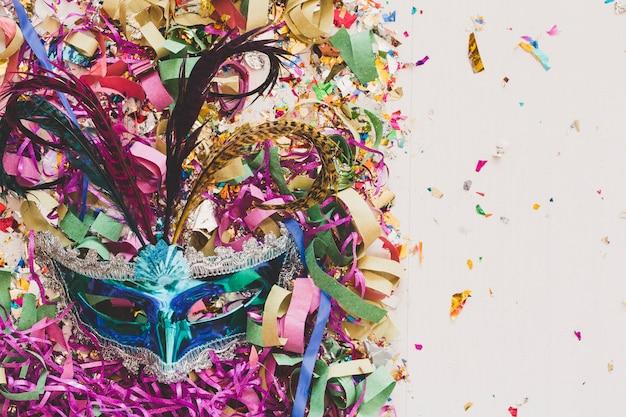 Máscara colorida de carnaval en confeti Foto gratis