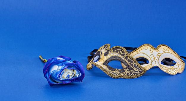 Máscara de disfraces de carnaval de mardi gras sobre fondo azul con espacio de copia Foto Premium