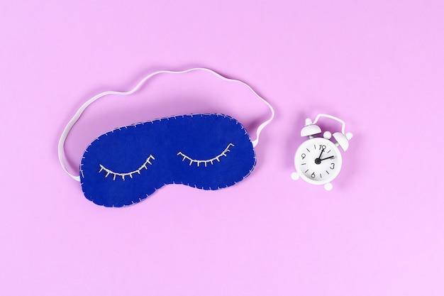 Máscara de dormir de fieltro azul bricolaje con hilo blanco bordado Foto Premium