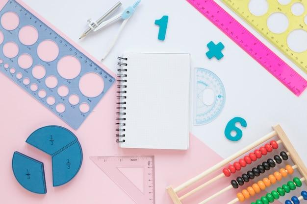 Matemáticas con números y artículos escolares de papelería. Foto gratis